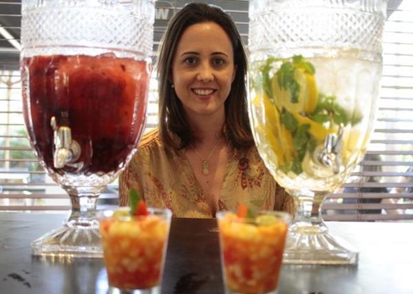 A água saborizada e a salada de frutas são uma dupla de sucesso no chá da tarde, garante a sócia Fernanda Costacurta (Ana Rayssa/Esp. CB/D.A Press)