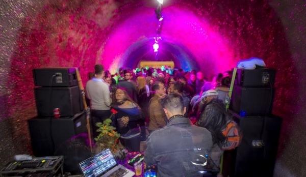 A programação será feita dentro do túnel que foi decorado com glitter (Faquini Produções/Divulgação)