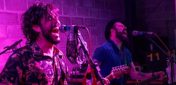 A banda relembra clássicos do brega e sucessos atuais (Karina Santiago/Divulgação)