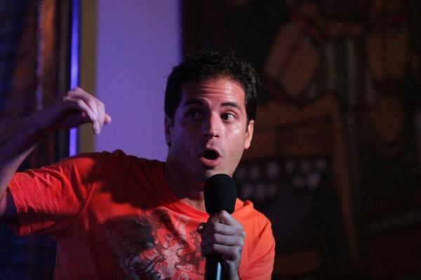 Daniel Villas Bôas da cia de comédia Setebelos se apresenta junto a novas caras do humor brasiliense (Divulgação)