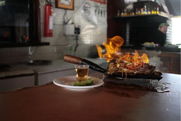 A carne de sol chega em chamas à mesa do cliente do Ceará ( Ana Rayssa/Esp. CB/D.A Press)