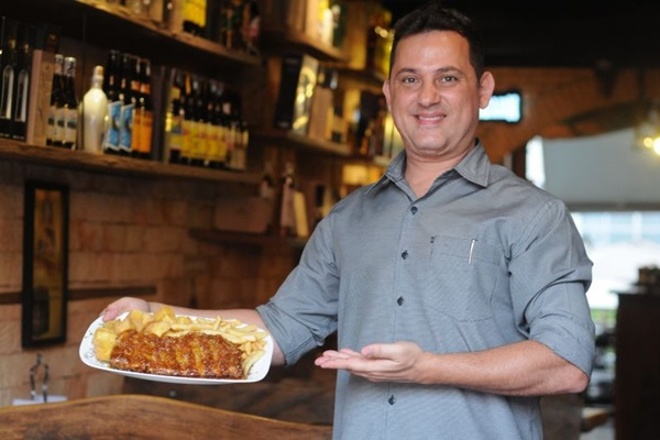 Igor Romão com costelinha suína ao molho de rapadura, ícone tupiniquim em destaque no menu do Empório da Cachaça  (Antonio Cunha/CB/D.A Press)
