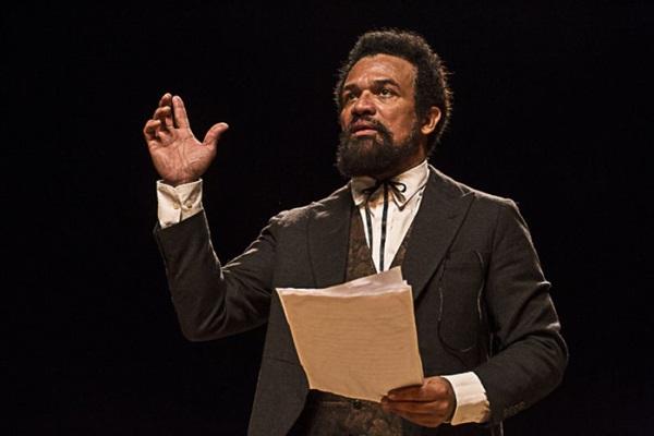 Cenas da vida e poemas de Luiz Gama se alternam em Uma voz pela liberdade ( Vivian Fernandez/Divulgação)