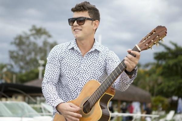 O cantor Thiago Nascimento comemora seu aniversário com festa aberta para o público (Bruno Santiago/Divulgação)