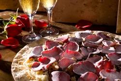 Com as pétalas glaceadas, o sabor suave da rosa compõe pizza da Avenida Paulista (Pedro Nossol/Divulgação)