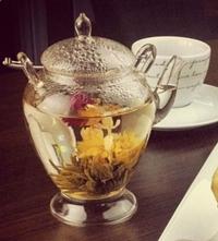 Ao ser colocado na água, o chá oriental se abre e revela a flor de jasmim (Cookers cozinha criativa/Divulgação)