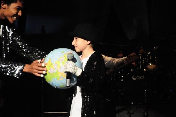 O espetáculo aproxima as crianças do icônico Michael Jackson (Célia Porto/Divulgação)