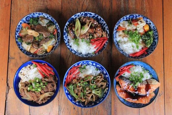 Espécie de PF japonês, donburi tem arroz e um tipo de proteína (Romulo Juracy/Divulgação)