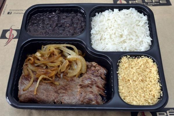 Democrático, o arroz e o feijão são as estrelas do Pê efe, onde a dupla vem acompanhada ainda de bife, vinagrete e farofa de biju (Marcelo Ferreira/CB/D.A Press)