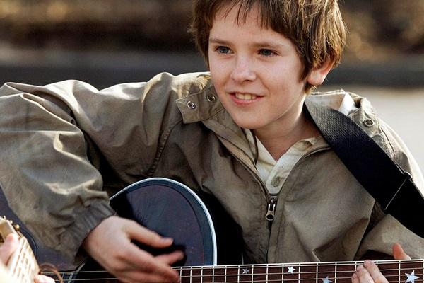 Evan Taylor aprende a tocar violão tendo a emoção como professora  (Warner Bros/Divulgação)