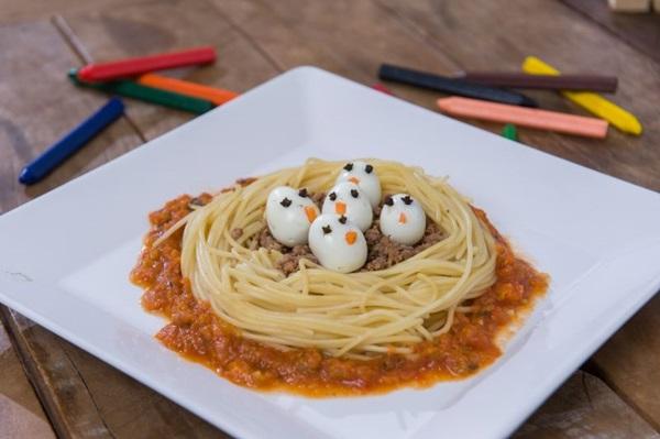 Ninho de espaguete recheado com carne moída e ovinhos de codorna. Comer pode ser divertido no C%u2019est la Vie Bistrô & Creperia (André Zimmer/Divulgação)