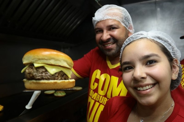 Pai e filha se juntam para criar uma versão infantil do hambúrguer da casa (Luis Nova/Esp. CB/D.A Press)