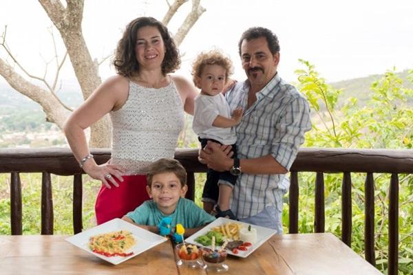 Crianças (como os filhos Heitor e Bento) são bem-vindas no Casa de Madeira, do casal Carol e Nelson Seade (André Zimmerer/Divulgação)