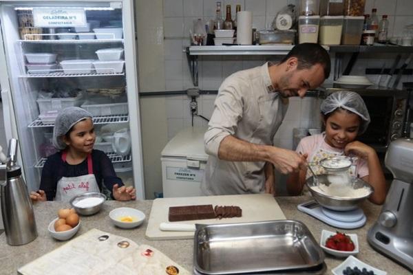 Ana Clara e Ana Beatriz não pouparam energia e atenção para aprender com o chef Lui Veronese as receitas (Luis Nova/Esp. CB/D.A Press)