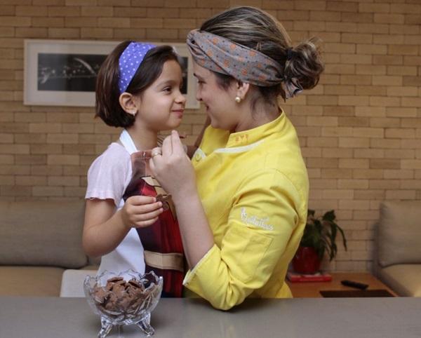 A fofura transborda quando Isabelle Sant%u2019Ana Menezes, 6 anos, e a mãe, Inaiá Sant%u2019Ana, colocam a mão na massa (Ana Rayssa/Esp. CB/D.A Press)