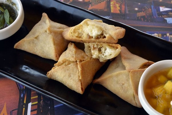 As samosas de paneer são uma opção diferenciada do tradicional petisco indiano (Marcelo Ferreira/CB/D.A Press)