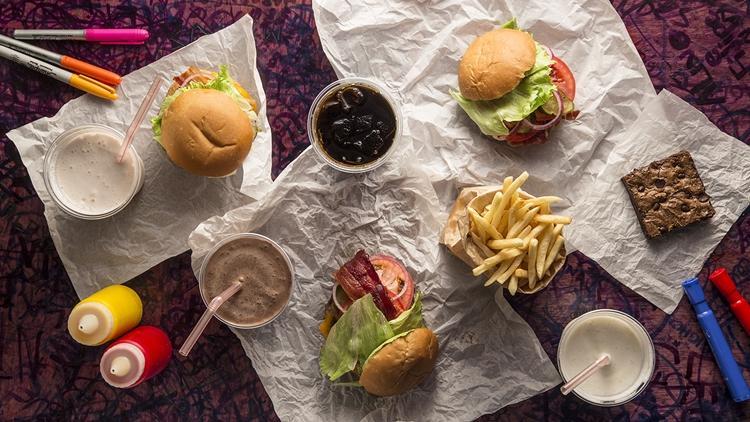Os hambúrgueres são as estrelas do combo e vêm sempre com acompanhamento (MisasiRP/Divulgação)