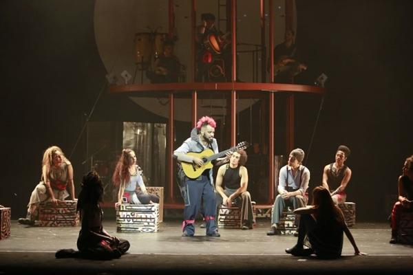 A musicalidade das regiões brasileiras costura o roteiro do espetáculo (Leo Aversa/Divulgação)
