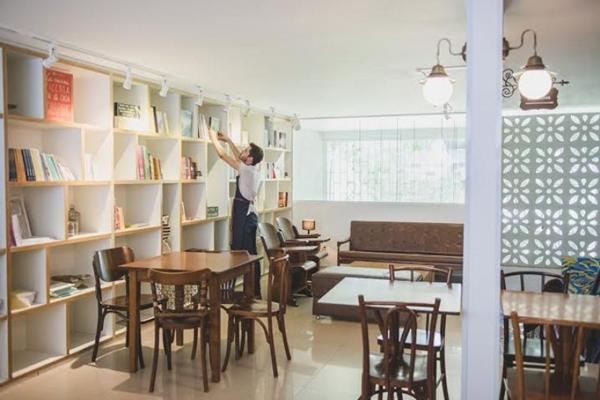Com pequenos ambientes espalhados pela casa, o Ernesto busca manter o contato com a cidade (Antúria Viotto/Divulgaçao)