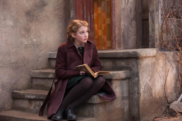 Apaixonada por livros e sob censura do governo nazista, a garota passa a roubar obras literárias como forma de conhecer o mundo das palavras (Fox/Divulgação)