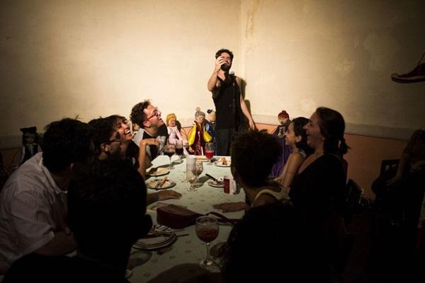 Espetáculo reflete sobre importância do contexto alimentar para criar relações humanas (Pedro Tobias/Divulgação)