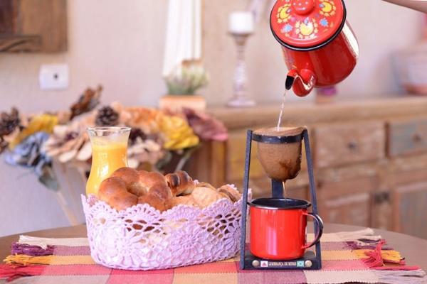 Café coado e quitutes mineiros garantem o clima de casa de avó do Uai Bezinha (Jhonatan Vieira/Esp. CB/D.A Press)