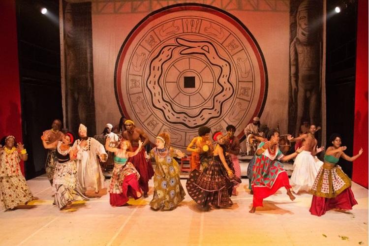 Espetáculo reúne música, cor e dança para falar sobre as lendas da África  (Marcio Muller/Divulgação)
