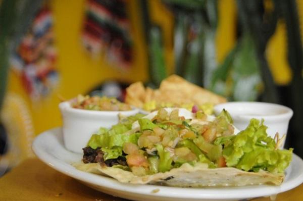 O taco é feito com com salada carne e muçarela, tudo dentro com uma tortilha de de trigo com milho  (Bárbara Cabral/Esp. CB/D.A Press)