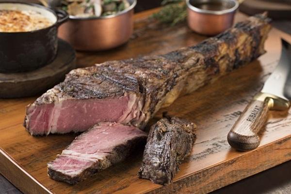O formato do corte é respeitado e a carne vem à mesa com osso no Rubaiyat  (Rodrigo Azevedo/RAZ Fotografia)