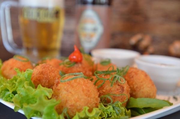 Os bolinhos de camarão foram desenvolvidos para o novo cardápio da casa (Ana Carneiro/Esp. CB/D.A Press)