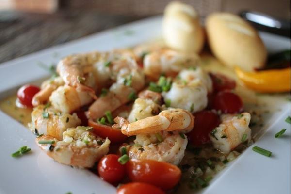 O camarão salteado no azeite extra-virgem é um dos pratos que transportam o cliente para a praia (Ana Rayssa/Esp. CB/D.A Press)