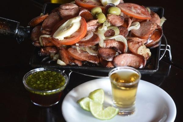 Flambada na cachaça, a calabresa é um dos pratos que pedem por um palitinho (Breno Fortes/CB/D.A Press)