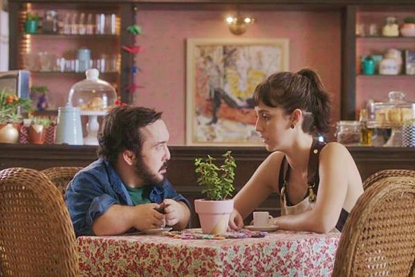 Química entre Gigante Leo e Camila Márdila salva o fraco roteiro (Reprodução/Internet)