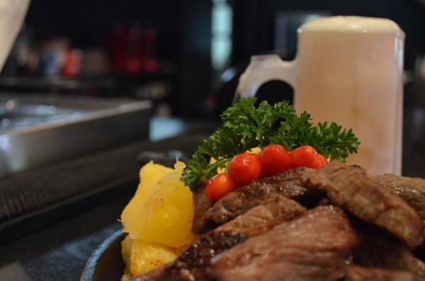 No Primeiro Bar, a suculenta carne de sol com mandioca e o chope são uma combinação perfeita (Ana Carneiro/Esp. CB/D.A Press)