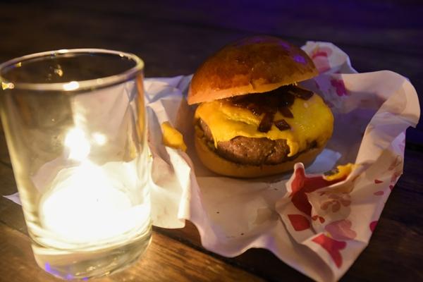O burger de ancho é uma opção do menu do Réveillon das cores (Hélio Montferre/Divulgação)