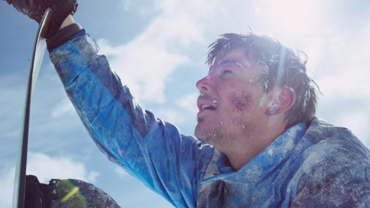 Eric se perde numa montanha de neve no filme 'O poder e o impossível' (Reprodução/Internet)
