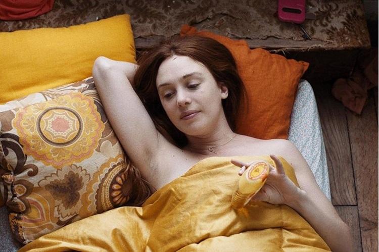 'Jovem mulher' recebeu críticas por tratar a personagem feminina de modo machista (Blue Monday Productions/Divulgação)