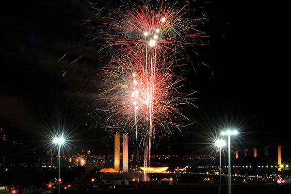 A queima de fogos é um atrativo a parte nas festas de réveillon em Brasília  (Helio Montferre/Esp. CB/D.A Press)