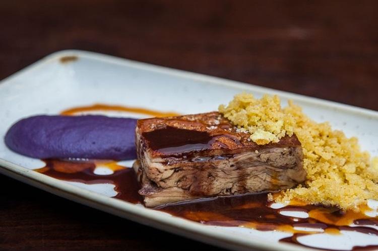O Rubaiyat recebe 2018 com criações do chef Daniel Redondo, como  leitão com purê de batata-doce roxa (Rogerio Gomes/Divulgacao)