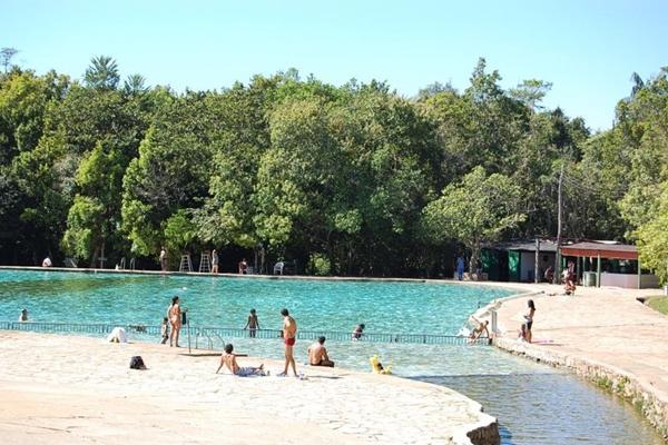 Piscinas com água corrente são uma opção no parque Água Mineral  (Reprodução/Facebook)