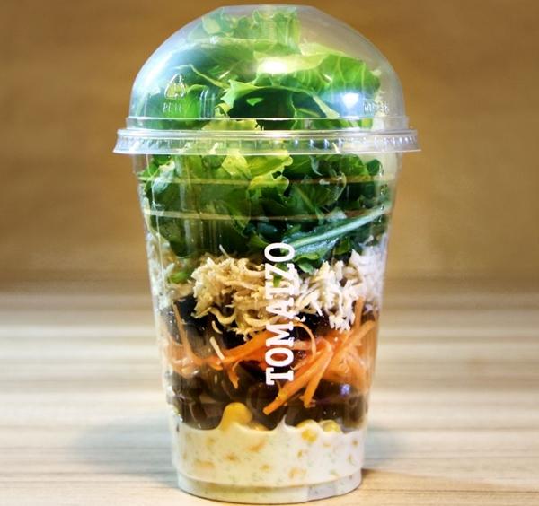 Em um formato para lá de prático, a salada no pote pode ser pedida em todas as lojas  (Tomatzo/Divulgação)