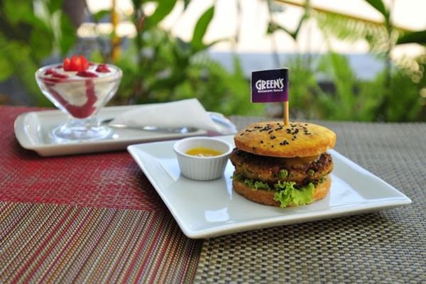 Hamburguer de ervilha e Iogurte de castanha com geleia de morango do Restaurante Green's (Ana Carneiro/Esp. CB/D.A Press)