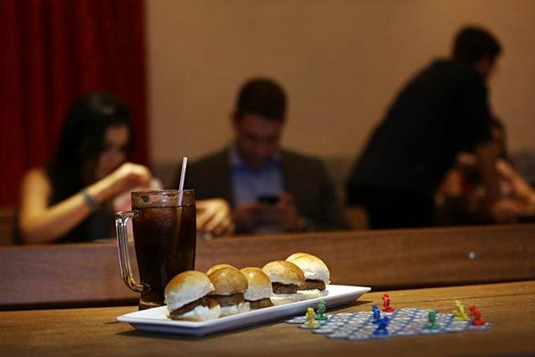 Os petiscos são ideais para acompanhar a partida de alguns dos jogos de tabuleiro oferecidos no Carcassonne Pub (Wallace Martins/Esp. CB/D.A Press)
