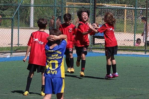 Além de divertir, as aulas de futebol trazem benefícios, como coordenação motora e trabalho em equipe   (Oswaldo Reis/Divulgação)
