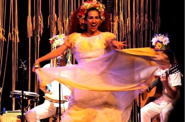 Desde 2013, Clara Santhana interpreta Clara Nunes nos palcos (Mariah Almeida/Divulgação)