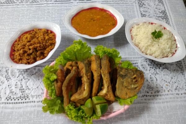 O peixe frito é servido de várias maneiras no Bica D%u2019Água (Pesque pague Bica D'água/Divulgação)