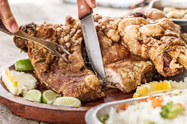 O leitão à pururuca é um dos pratos mais pedidos do Trem da serra (Trem da Serra/Divulgação)