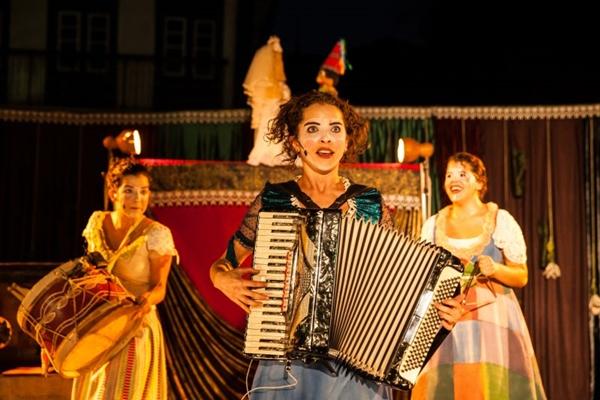 Em Janeiros, a Carroça de Mamulengos celebra a união familiar no palco (Samuel Macedo/Divulgação)