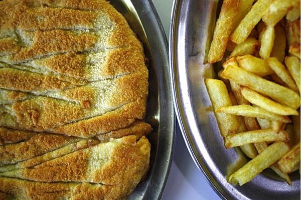Bife a milanesa com batata frita servido no Restaurante Ki-File. (Ana Rayssa/Esp. CB/D.A Press)