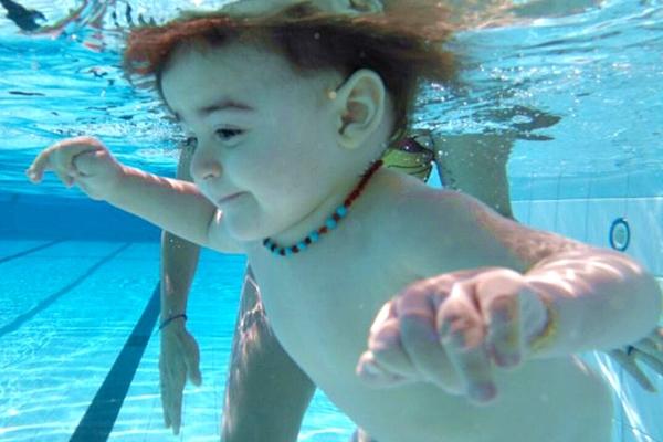 Benefícios da natação para o desenvolvimento dos bebês